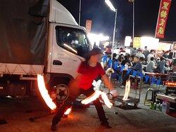 街頭藝人夜市火焰表演