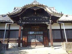 創建は1367年(貞治6年)とされる曹洞宗の寺院で、足利三代将軍の義満が宿泊したことがあるほどの場所です。