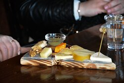 Дегустационная тарелка из 9 видов ремесленных сыров
