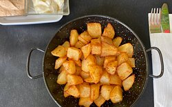 Patates braves, tallades a mà, de proximitat; servides amb salsa brava i all i oli!! Boníssimes!
