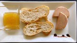 Torradetes amb foie i melmelada de poma.