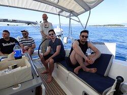 Notre skipper à la barre lors de cette magnifique journée en mer à la voile. www.lameraporteedevoiles.fr