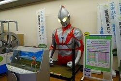 空港ビルの太陽光発電状況を示すウルトラマン