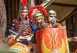 Центурион крепости Гай с опционом учат новобранцев