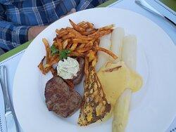 La foto non è delle migliori  ... il filetto poco ma tenero, gli asparagi buoni, la salsa olandese buona le patatine molli