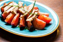 Ensalada de tomate azul con ventresca