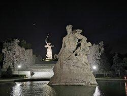 Ночью мемориал потрясает не меньше.