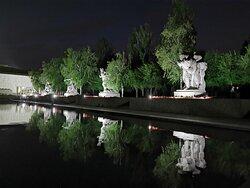 Парные скульптуры защитников Сталинграда тоже отражаются в бассейне.