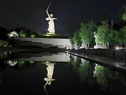 Площадь Героев ночью.