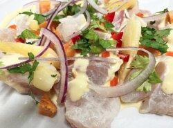 ALIANZALIMA dados de pescado servidos sobre aderezo de pica-aji Amarillo + maiz,sesamo, yuca y papa camote