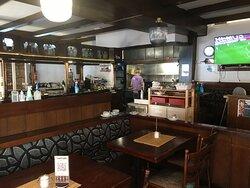 Pub Innenbereich mit Bar und offener Küche