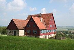 """Das Bauernhaus aus Käsbach – der """"Käshof"""" –, ein  Gebäude mit bewegter Geschichte, in der Gebäudegruppe Waldberge im Hohenloher Freilandmuseum"""
