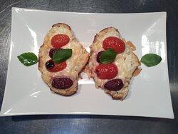 Bruschetta formaggio, pomodorini, olive nera & basilico.