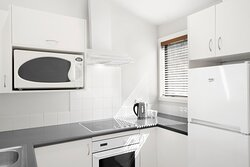 BreakFree-The-Point-Queenstown-1-Bedroom-Lakeview-Apartment-Kitchen
