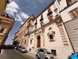 Davanti a palazzo Zuccari, la Casa dei Mostri...