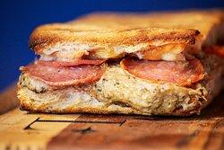 Sanduiche duplamente crocante com salame e creme de shimeji