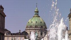 Domina la piazza Reale