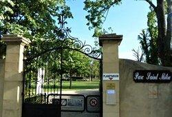 Accès par l'avenue Jean Monnet, avec un imposant portail
