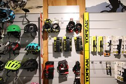 A l'intérieur de ce magasin, il y a des vélos neufs mais aussi des vélos de location, un atelier de réparation et aussi de la vente de pièces détachées.