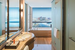 Crowne Plaza Superior Room bathroom