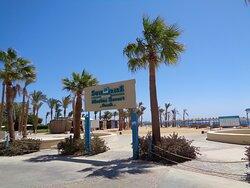 Hotelowa prywatna plaża ma ok 150 m długości i jest dobrze wyposażona . Znajduje się na końcu mariny za kapitanatem .Ochroniarz nie wpuścił mnie na jej teren abym się z nią lepiej zapoznał.