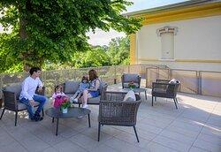 La terrazza al primo piano sarà un ottimo rifugio di tranquillità all'ombra del grande tiglio.