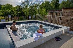 Oltre alla piscina, potrai rilassarti nell'idromassaggio con temperatura controllata e riscaldata anche in primavera e autunno sarà una parantesi da sogno.