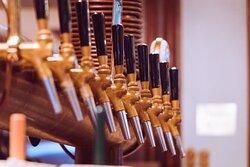 Bei bis zu zehn verschiedenen Biersorten, fällt die Entscheidung nicht so leicht...   Schmecken tun sie aber alle - Kommt vorbei und probiert es selbst!