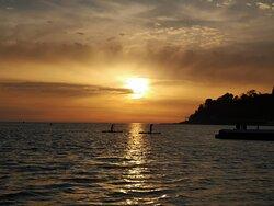море 7-8 минут неспешным шагом без горок, проверила- потрясающие закаты каждый день