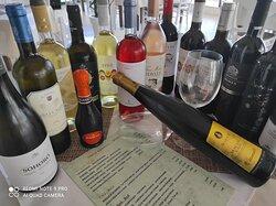 μεγάλη ποικιλία εμφιαλωμένων αλλά και χύμα κρασιών τοπικών παραγογών