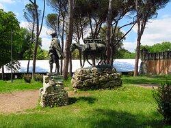 Il monumento dell'Alpino (l'umano e l'animale insieme) posto davanti all'edificio del museo Pietro Canonica