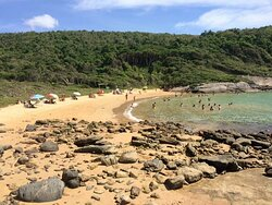 Praia tranquila com aguas claras