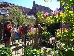 Groep gasten in de Keizertuin in Kampen, tijdens een Lehmkuhlwandeling