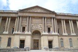 La façade mesure 183 m de long. Elle fut terminée sous le règne de Napoléon III, entre 1807 et 1811.