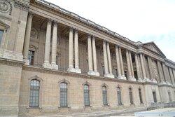 La colonnade du Louvre est née de l'imagination de plusieurs artistes : l'architecte Louis Le Vau, l'architecte François d'Orbay, le peintre Charles Le Brun et le médecin Claude Perrault.