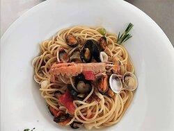 Spaghetti alla scogliera: cozze vongole e scampi