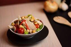 Salade Rome  - Salade mélange, champignons blancs frais, poivrons rouge frais, poulet rôti, tomates cerises, croutons.