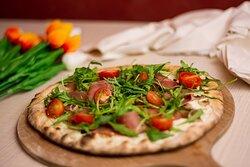 Pizza Amsterdam - Sauce crème, champignons blancs frais, jambon cru, roquette