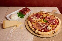 Pizza Venise - Sauce tomate, grana padano, mozzarella, jambon cru, basilic