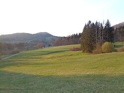 Rozlegle okoliczne polany są terenami zimowych tras narciarskich a w maju cieszą oko swą soczysta zielenią .