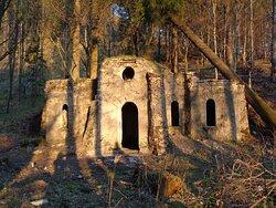 Sam zameczek też jest w stanie kompletnej ruiny .