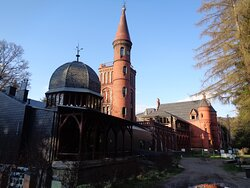 W Sokołowsku imponować może budynek dawnego sanatorium Brehmera [ z końca  19 w  ].. Fundacja Sztuki Współczesnej  In Situ  będąca obecnym właścicielem obiektu sukcesywnie go remontuję .