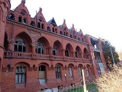 Tak obecnie wygląda główny budynek sanatorium Brehmera. Budynek zniszczony ,ale zabezpieczony przed dalszą dewastacja czeka na lepsze czasy .