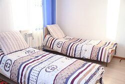 Double room with separate beds and view to the farm.
