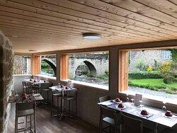 Terrasse couverte le long de la rivière