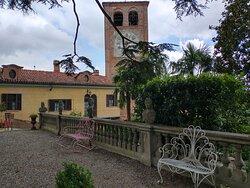 Vista della torre dall'interno dei giardini