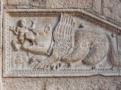Frammenti dell'antico pulpito murati nella torre campanaria