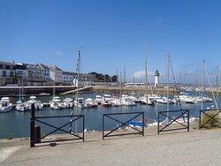 vue du port avec au loin le phare