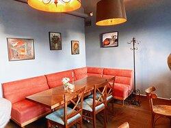 Москвичи любят назначать в камерных интерьерах кафе «Актёр» деловые встречи и романтические свидания.
