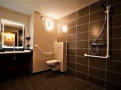 Salle de bain de la chambre familiale avec douche à l'italienne.